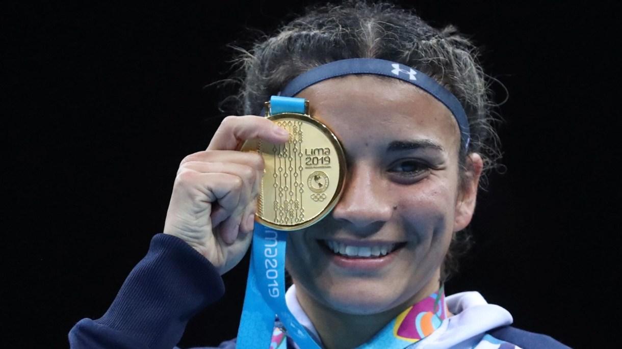 Leonela festeja la histórica medalla de oro en los Juegos Panamericanos de Lima