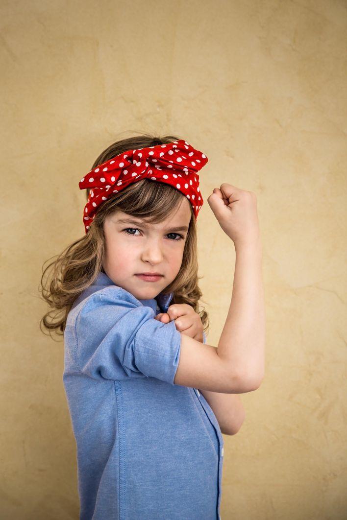 """Una hija del movimiento feminista actual replicando el icónico gesto """"We can do it""""-"""