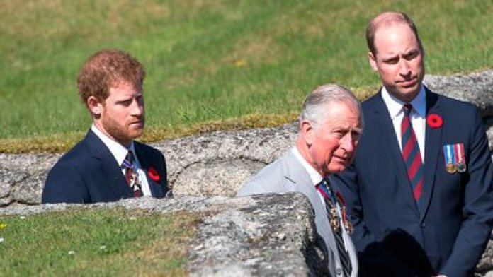 Los príncipes Charles y su hijo William participaron con Harry en la reunión con Isabel II donde se decidió el futuro de los Sussex y también un criterio para las generaciones por venir. (Tim Rooke/Shutterstock)