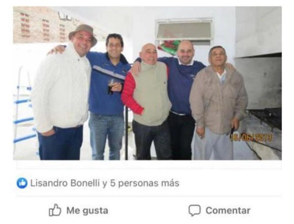 Bonelli le dio me gusta a una foto de Marcelo Guille junto a su padre