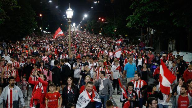 La caravana de hinchas de Estudiantes llenó las calles de la ciudad de La Plata (Nicolás Aboaf)