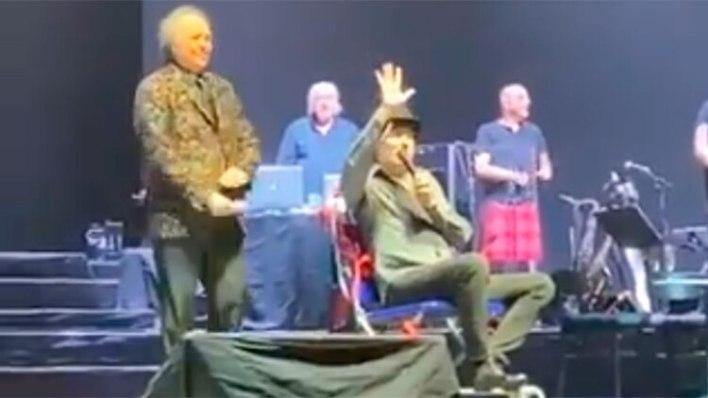 Sabina reapareció en el escenario en silla de ruedas empujado por Serrat poco después de la caída