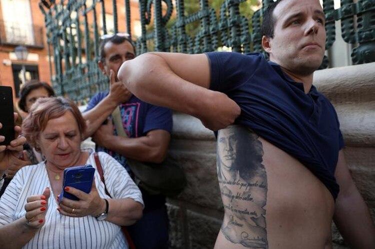 Un hombre muestra su tatuaje con el rostro de Camilo Sesto, mientras espera a las puertas de la sede para dar su último adiós al cantante (Foto: Susana Vera/Reuters)