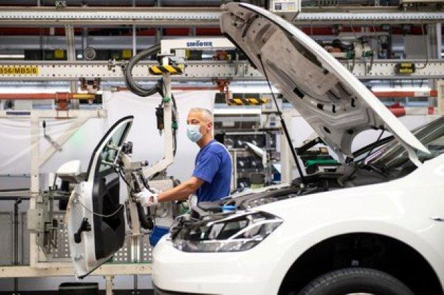 Imagen de archivo de un trabajador usando mascarilla en la línea de montaje de Volkswagen luego de que la compañía retomó la operación de la fábrica de vehículos más grande de Europa tras las medidas de confinamiento por el coronavirus, en Wolfsburgo, Alemania. 27 de abril, 2020. Swen Pfoertner/Pool via REUTERS/Archivo