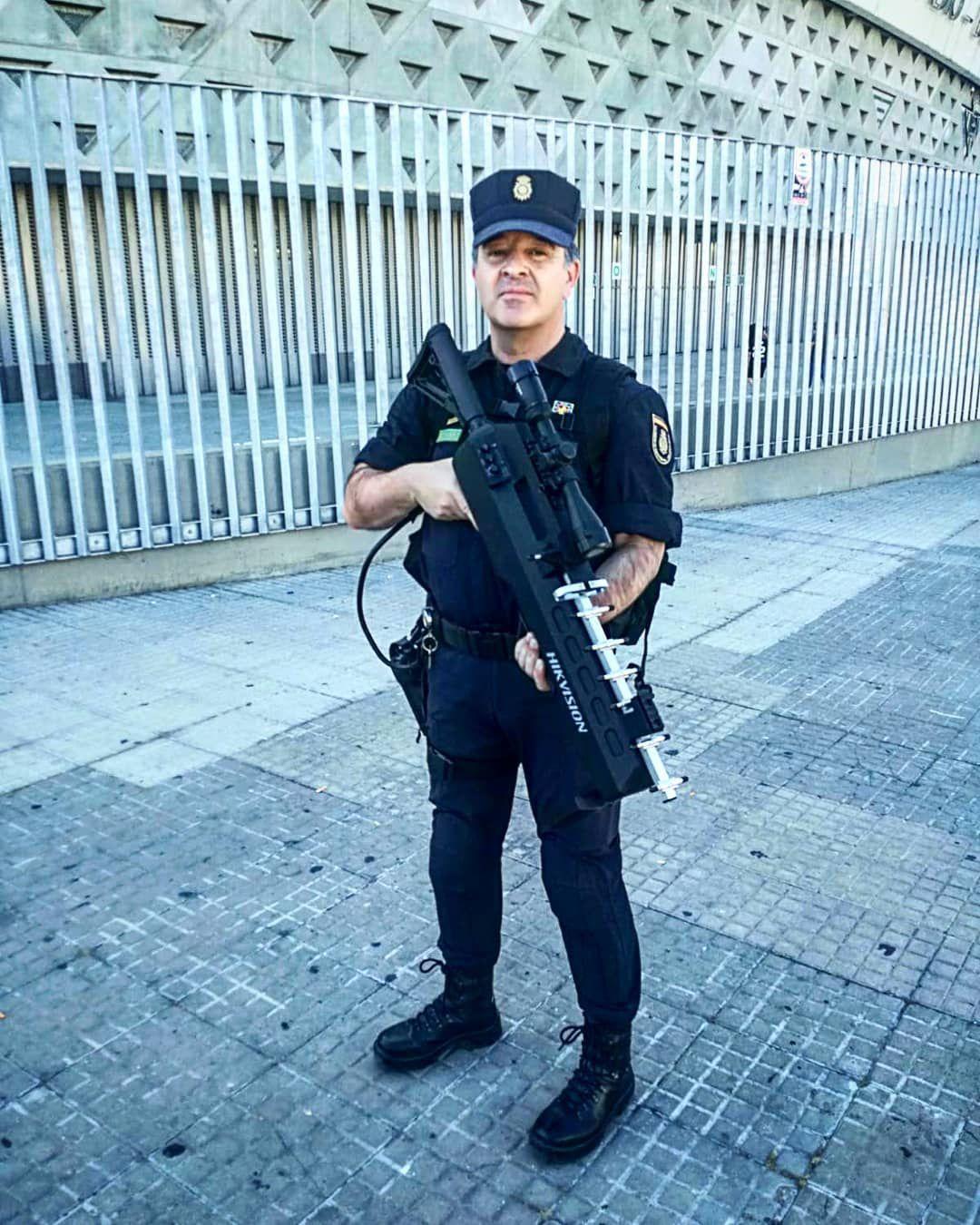 Un agente de la Policía Nacional portando el nuevo inhibidor de drones frente al Estadio Benito Villamarín, en Sevilla (@policíanacional)