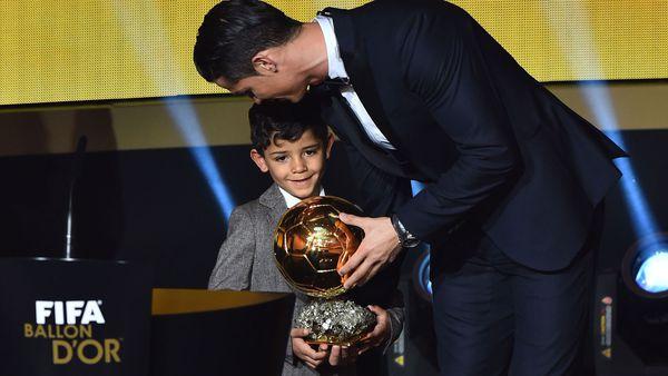 Ronaldo recibe el Balón de Oro con su hijo en el escenario
