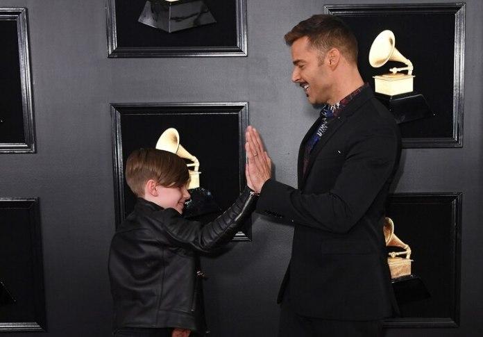 Ricky juega con Matteo en la alfombra roja de los Grammy(Photo by VALERIE MACON / AFP)
