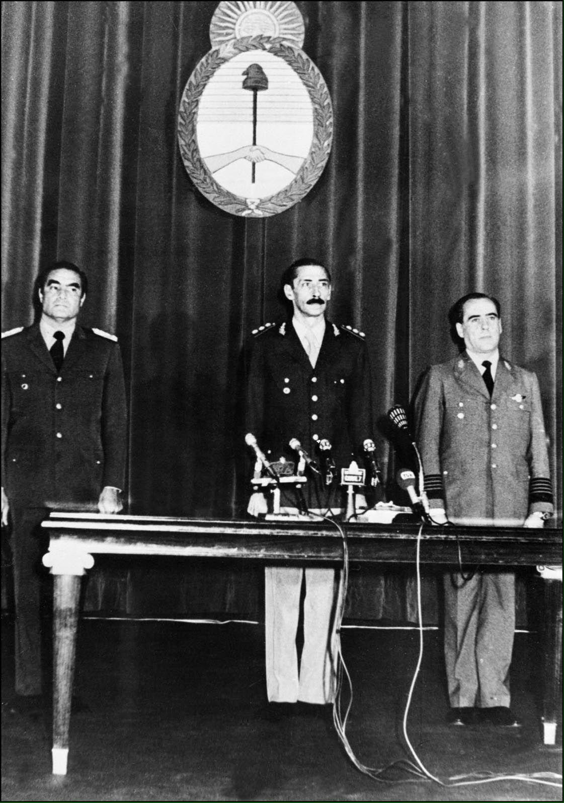 Los integrantes de la junta militar Jorge Rafael Videla, Eduardo Massera y Ramon Agosti, en un acto protocolar luego de tomar el poder en 1976 (NA)