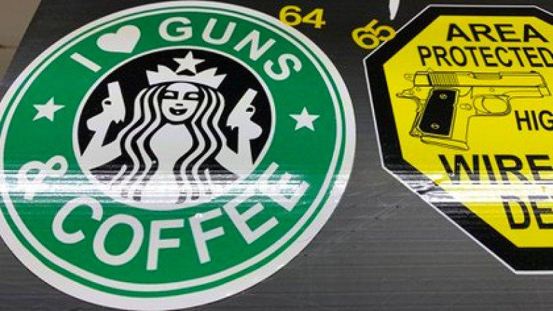 """""""Amo las armas y el café"""", dice otra pegatina que imita el logo de una conocida cadena de cafeterías (Crédito: Sebastián Fest)"""