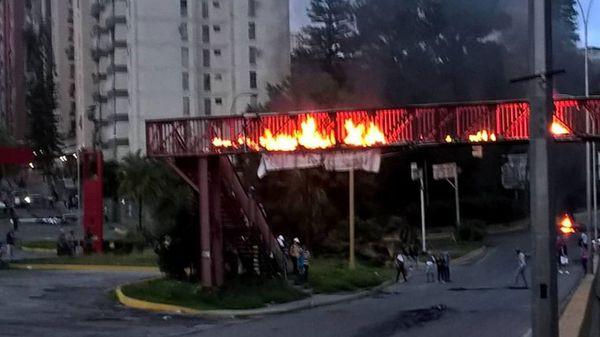 Un puente incendiado en Los Nuevo Teques