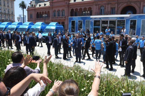 El Presidente saludó a algunas personas que se congregaron en Plaza de Mayo (foto Maximiliano Luna)