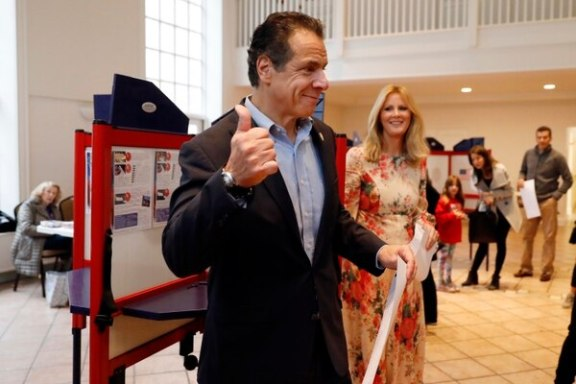 Andrew Cuomo en Mount Kisco, NY, donde votó este martes (AP Photo/Richard Drew)