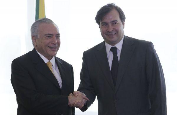 Temer junto a Rodrigo Maia, el presidente de la Cámara de Diputados, que tendría que asumir interinamente la presidencia (AP)