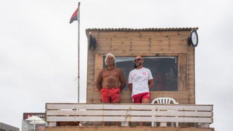 Ronco y su compañero Gustavo Ehlke en el mangrullo donde pasan 10 horas por día entre noviembre y abril desde hace 16 años (Diego Medina)