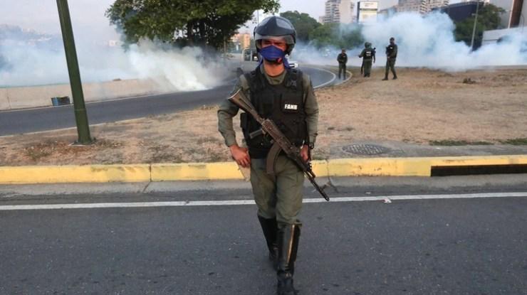 Un miembro de la Guardia Nacional en la base de La Carlota, al este de Caracas, donde ha sido conducido el opositor Leopoldo López
