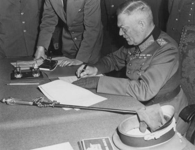 Keitel firma la rendición ante oficiales del Ejército Rojo