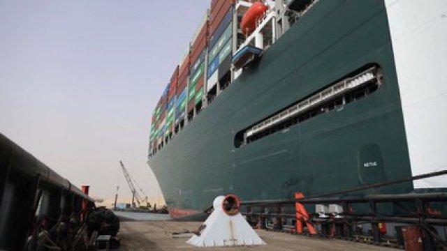 El Ever Given tiene cerca de 400 metros de eslora, 59 de manga, desplaza 224.000 toneladas y lleva una tripulación de 25 personas, todos de nacionalidad india (AFP)