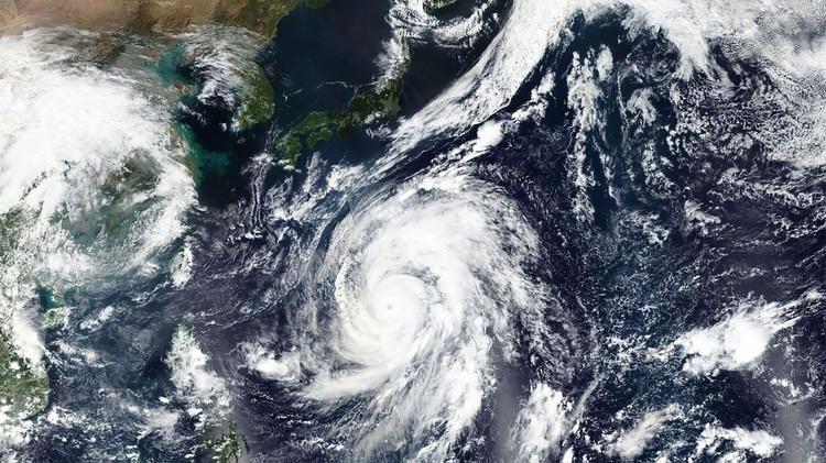 Esta foto satelital tomada por el satélite Suomi NPP de la NASA-NOAA muestra al tifón Hagibis acercándose a Japón (NASA Worldview, a través de AP)