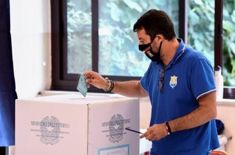El líder de la Liga, Matteo Salvini, al votar este lunes en Milán.