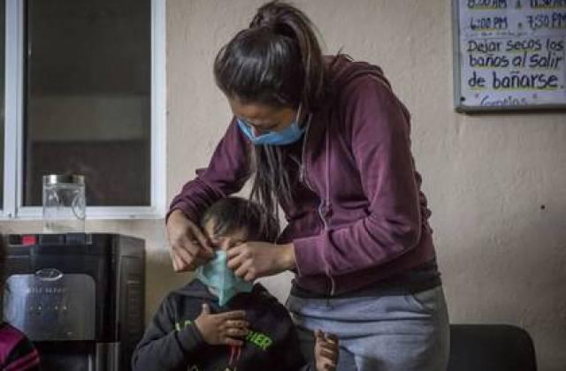 Como parte de las acciones de prevención de COVID-19, se implementó un protocolo de medición de temperatura a los niños, mujeres y hombres en el refugio un refugio de Baja California.  (Foto: Omar Martínez  /Cuartoscuro