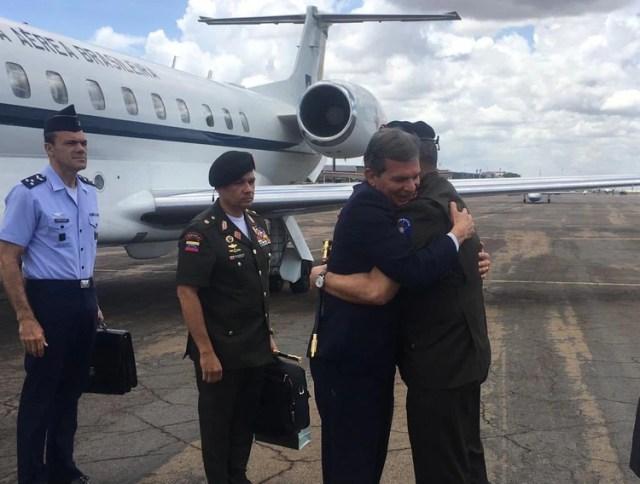 En la fotografía compartida por el generalísimo Vladimir Padrino López puede verse al general Manuel Barroso -agregado militar de Nicolás Maduro en Brasil desde 2015- con un maletín en el centro de la foto. Padrino López aparece semitapado abrazando a Joaquim Silva e Luna, ministro de Defensa brasileño en 2018 (foto: Vladimir Padrino)