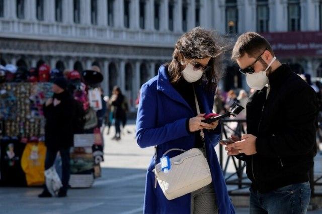 Turistas usan máscaras protectoras en la Plaza de San Marcos en Venecia mientras Italia lucha contra un brote de coronavirus, Venecia, Italia, 27 de febrero de 2020 (Reuters)