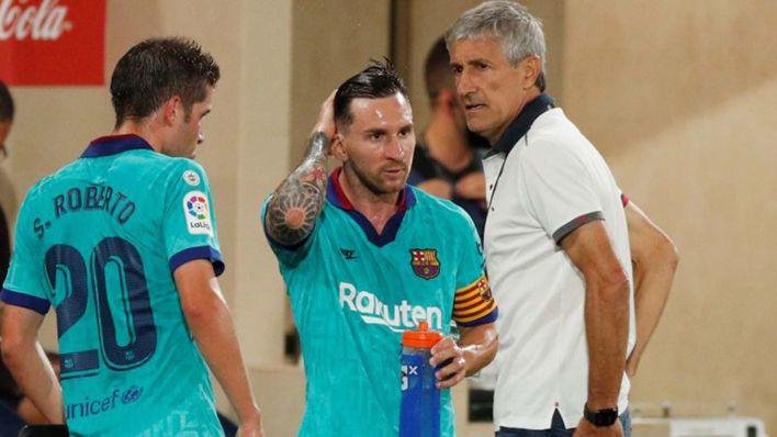 Foto del domingo del DT de Barcelona, Quique Setien, hablando con Lionel Messi en una pausa del partido ante Villarreal por la liga española