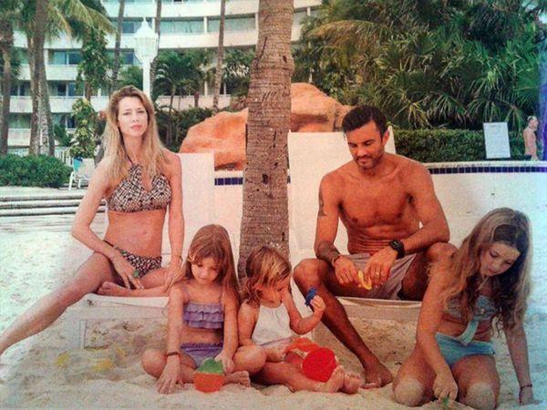 """Nicole Neumann junto a """"Poroto"""" Cubero y sus tres hijas"""