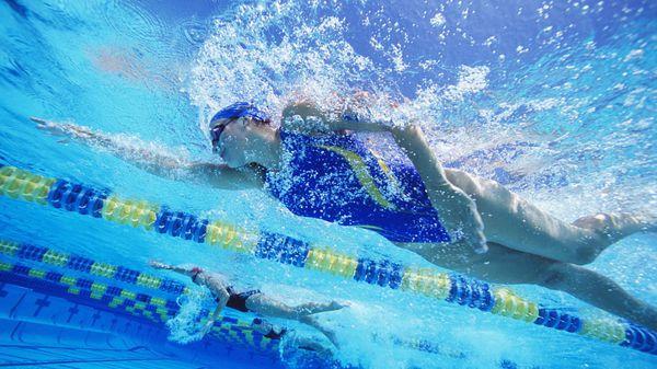 En este deporte la espalda es beneficiada mas que en cualquier otro debido a la postura horizontal en la que realizamos natación. (iStock)