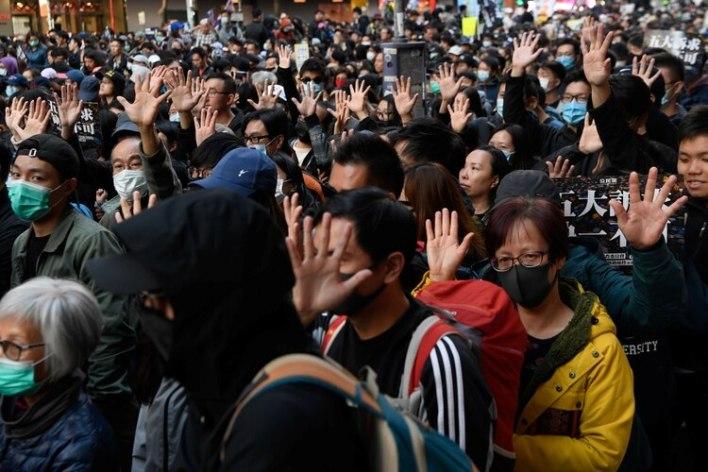Muchos alzaban la mano con los cinco dedos extendidos en alusión a sus cinco exigencias, que incluyen elecciones democráticas a la cámara legislativa y al jefe de gobierno local. REUTERS/Laurel Chor