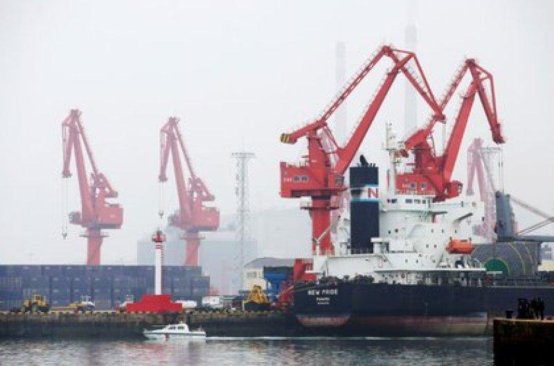 Un petrolero en el puerto de Qingdao, provincia de Shandong, China, 21 abril 2019. REUTERS/Jason Lee