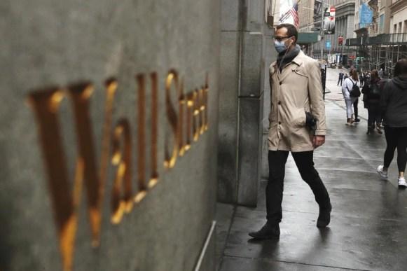 Un hombre ingresa a la Bolsa de Nueva York con un barbijo para protegerse del coronavirus el 13 de marzo de 2020 (REUTERS/Lucas Jackson/File Photo)