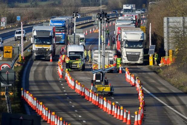 Los camiones de carga se detienen para someterse a controles en la autopista M20 mientras se dirigen hacia el Eurotúnel y el puerto de Dover, con destino a Francia (REUTERS / Toby Melville)