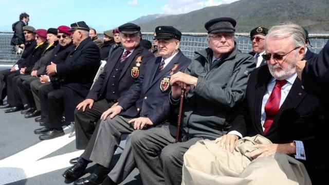 Navegando por el Canal Beagle a bordo del OPV Piloto Pardo para detenerse alrededor del islote Snipe, el mandatario entregó medallas conmemorativas a 30 veteranos (EFE)