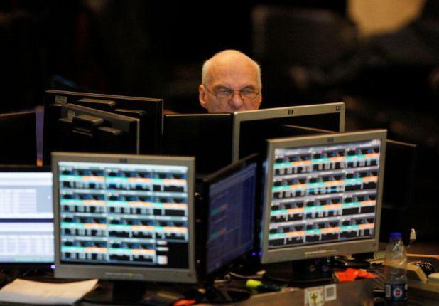 Foto de archivo: un operador en la Bolsa de Comercio de Buenos Aires observa una pantalla en una sesión en el recinto de la capital argentina. 19 jun, 2018. REUTERS/Martin Acosta