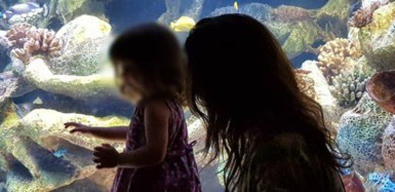 La pequeña Mimi junto a Mariana
