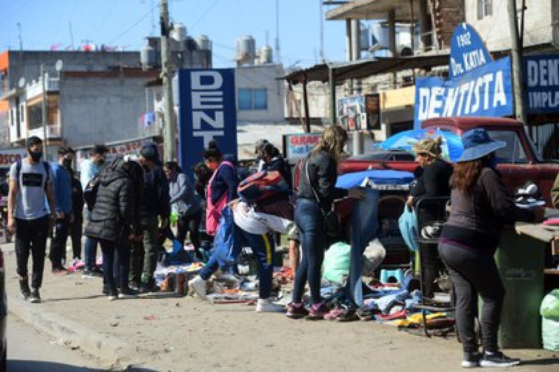 Otra vista de la actividad en las calles del Barrio Olimpo de Lomas de Zamora, con manteros instalados en las veredas