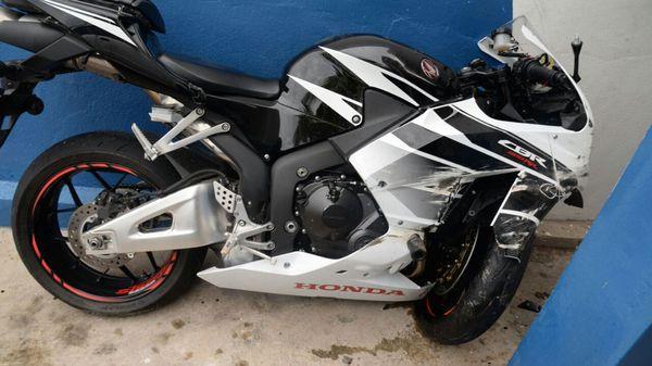 Así quedó la motocicleta de Germaine Mason tras el accidente fatal (The Gleaner)