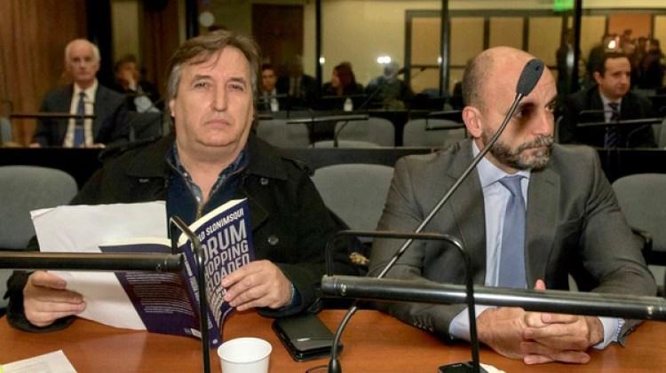 """Mensaje. José María Núñez Carmona entró con un libro titulado """"Forum Shopping Reloaded"""""""