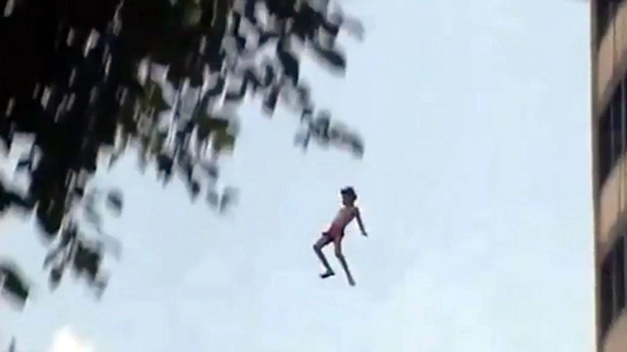 El salto de Charly desde un noveno piso a una pileta