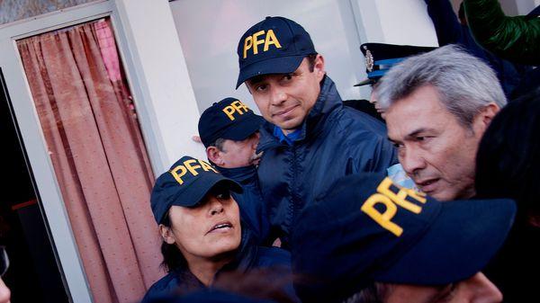 Ruiz Díaz, escondido y disfrazado de Policía, detrás de dos compañeros (Nicolás Stulberg)