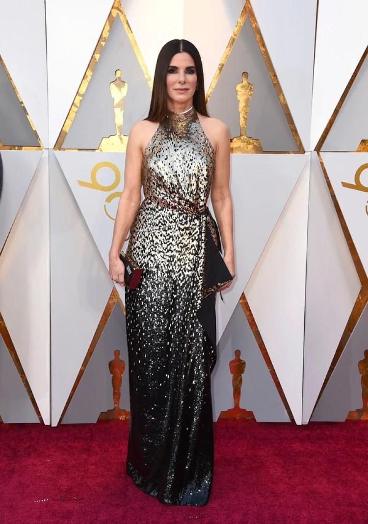"""Sandra Bullock también apostó a los pailletes en negro y plateado. """"El escote halter me encanta, los hombros al descubierto también pero la elección del estilismo me da un estilo cleopatra"""" opinó Caprarola"""
