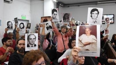 Los familiares de las 94 víctimas levantan las fotos de sus seres queridos (Maximiliano Luna)