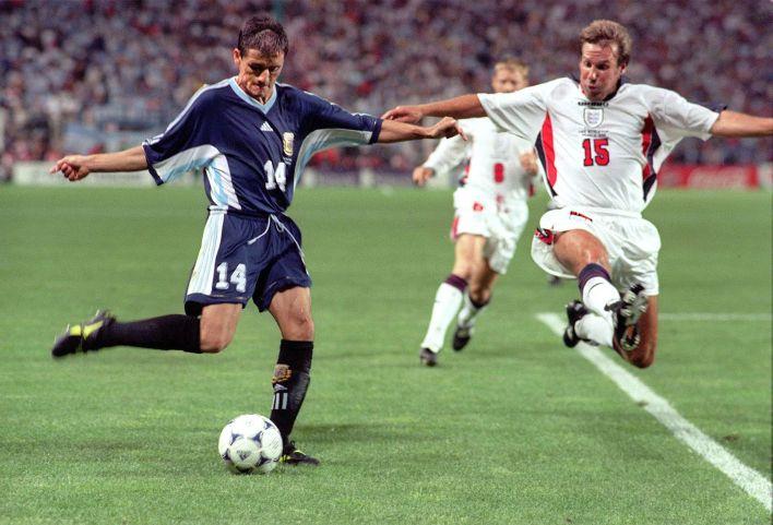 Nelson Vivas frente a Paul Merson, Argentina frente a Inglaterra en 1998.