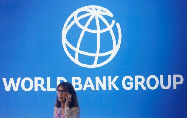 Imagen de archivo de una mujer delante del logo del Banco Mundial en medio de las reuniones anuales del organismo y del Fondo Monetario Internacional en Nusa Dua, Bali, Indonesia, Octubre 12, 2018. REUTERS/Johannes P. Christo/
