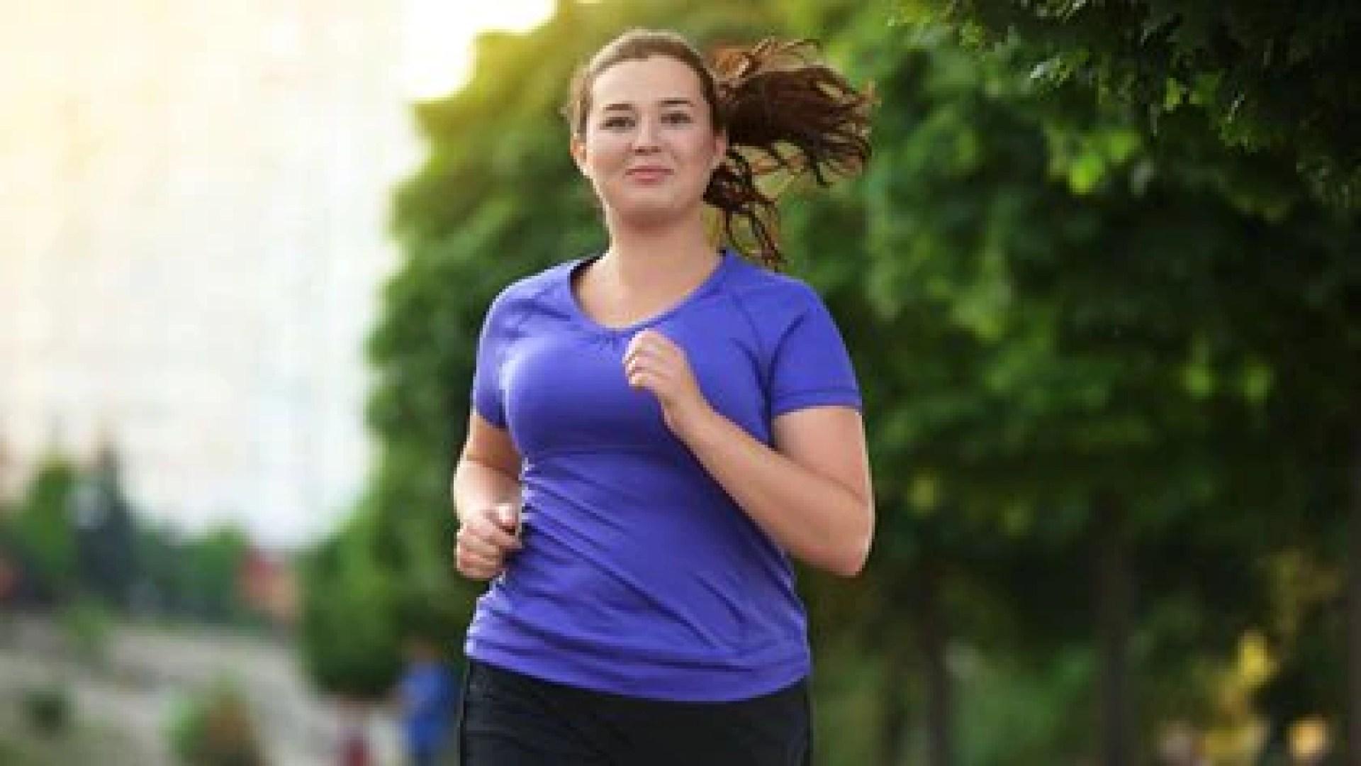 La actividad física y la alimentación saludable son dos aliadas fundamentales para bajar de peso (Shutterstock)