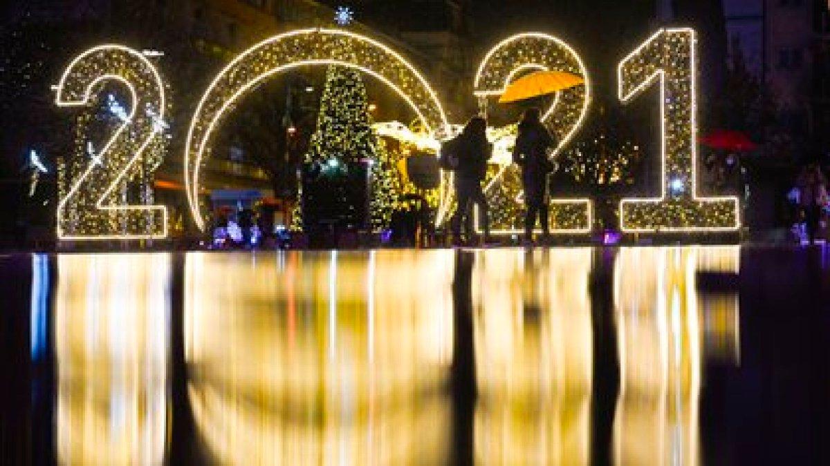 En Pristina, capital de Kosovo, también se preparan para recibir el nuevo año (Armend NIMANI/ AFP)