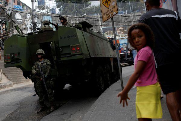 Un vehículo militar enRocinha, la mayor favela de Río (REUTERS/Bruno Kelly)
