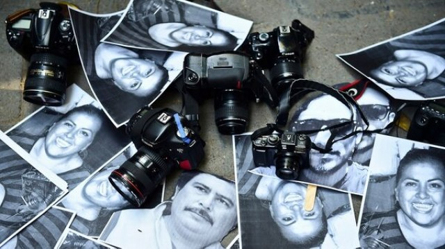 Fotos de periodistas mexicanos asesinados en los últimos años, durante una protesta en Ciudad de México, en febrero de 2016 (Ronaldo Schemidt/AFP)