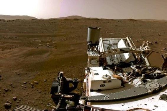 Una parte de un panorama compuesto por imágenes individuales tomadas por las cámaras de navegación, o Navcams, a bordo del vehículo Perseverance Mars de la NASA muestra el paisaje marciano el 20 de febrero de 2021. Imágenes tomadas el 20 de febrero de 2021. NASA / JPL-Caltech / Handout via CRÉDITO OBLIGATORIO DE REUTERS. ESTA IMAGEN HA SIDO SUMINISTRADA POR UN TERCERO. ESTA IMAGEN FUE PROCESADA POR REUTERS PARA MEJORAR LA CALIDAD, SE HA PROPORCIONADO UNA VERSIÓN SIN PROCESAR POR SEPARADO.